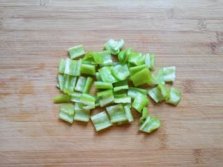 干锅千叶豆腐,青椒去籽洗干净切成小块。