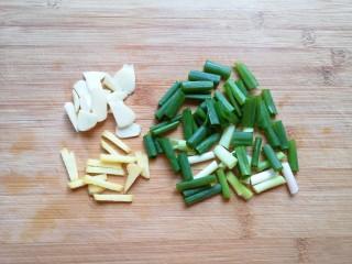 干锅千叶豆腐,葱姜蒜分别切好。