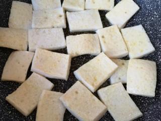 干锅千叶豆腐,中火煎至两面微黄,盛出备用。