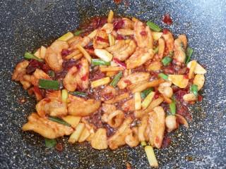 干锅千叶豆腐,加入豆瓣酱,炒出红油。