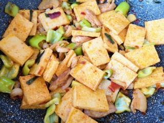 干锅千叶豆腐,翻炒至青椒断生即可。