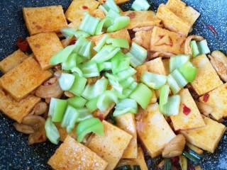 干锅千叶豆腐,下入青椒。