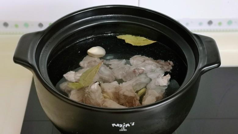 排骨冬瓜汤,开煤气,大火烧开,转小火慢熬30分钟左右。