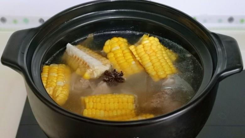 排骨冬瓜汤,30分钟后加入切好的玉米,再熬20分钟。