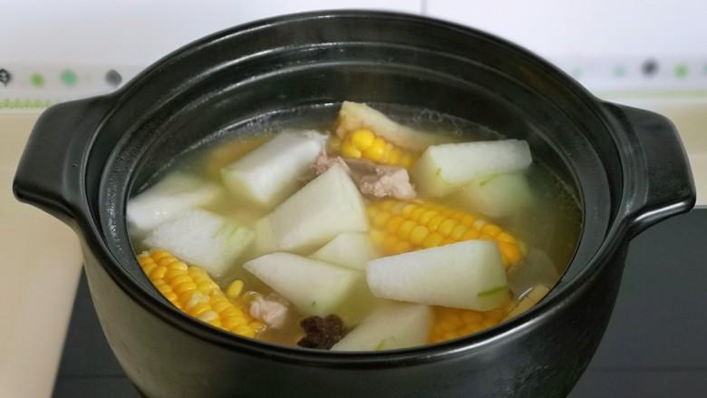 排骨冬瓜汤,20分钟后加入切好的冬瓜,再熬5分钟。