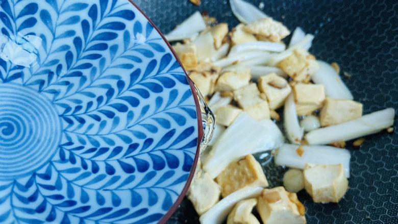 白菜炖豆腐,淋入少许热水