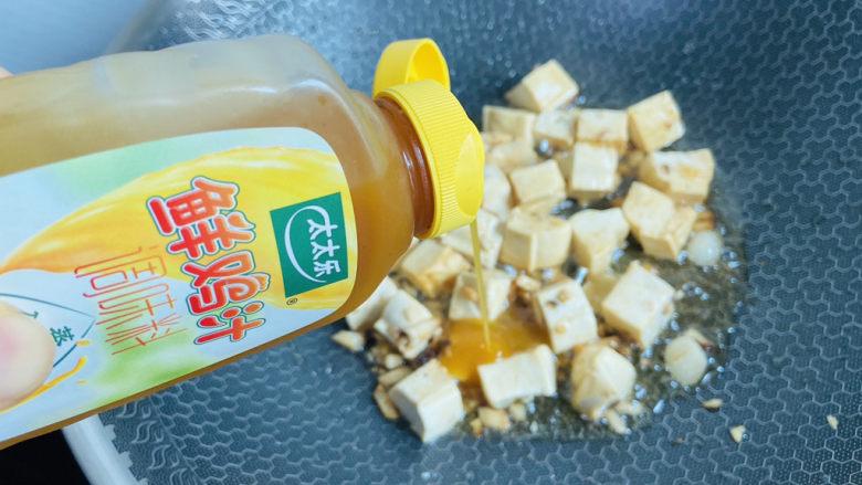 白菜炖豆腐,挤入两滴太太乐鲜鸡汁翻炒均匀