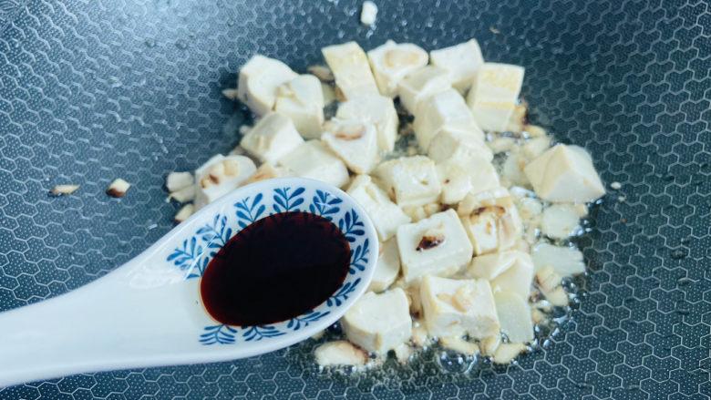 白菜炖豆腐,烹入<a style='color:red;display:inline-block;' href='/shicai/ 788'>生抽</a>