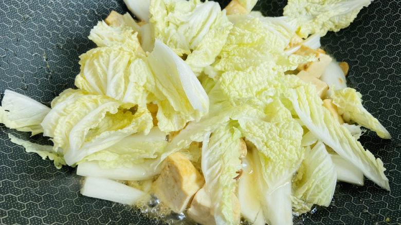 白菜炖豆腐,入白菜叶焖煮断生