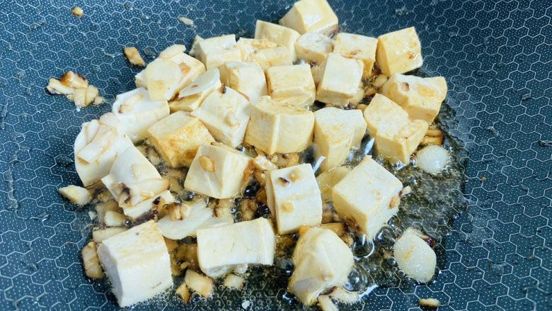 白菜炖豆腐,翻炒至上色