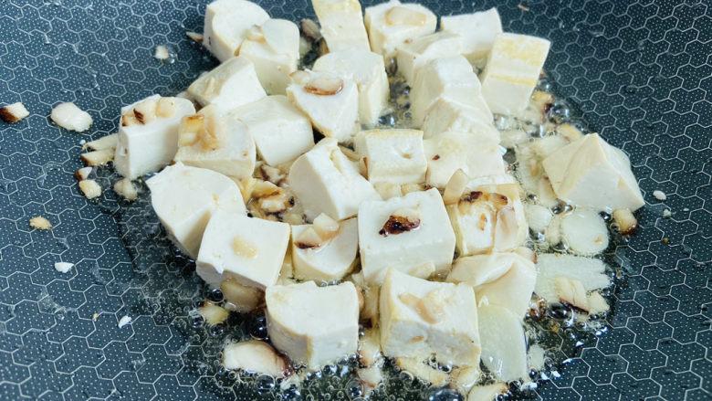 白菜炖豆腐,放入豆腐小火慢煎至表面微黄