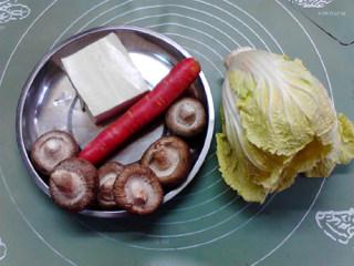白菜炖豆腐,用料:大白菜200克,豆腐3块,香菇6个,胡萝卜1根,生姜适量,葱花适量,花生油适量,食盐适量,胡椒粉适量,清水适量。