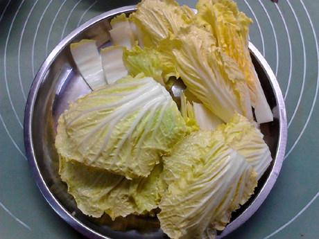 白菜炖豆腐,大白菜洗净后野切成大块,备用。