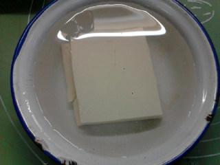 白菜炖豆腐,豆腐用清水浸泡后,切成条状。