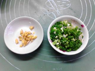 白菜炖豆腐,生姜拍碎,葱洗净切成葱花,备用。