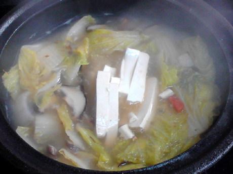 白菜炖豆腐,再加入豆腐条煮2分钟。