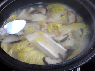 白菜炖豆腐,加入食盐、胡椒粉调味。
