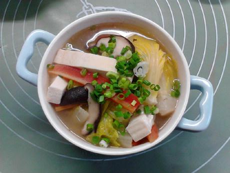 白菜炖豆腐,出锅,撒上葱花即可。