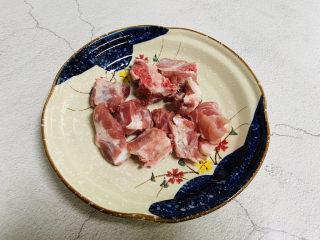 排骨冬瓜汤,排骨洗干净,放入沸水中氽烫后去血水,捞出,沥干水分,