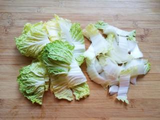 白菜炖豆腐,白菜叶和白菜帮分开切成块,清洗干净。