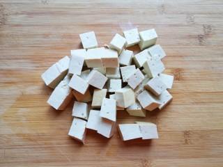 白菜炖豆腐,老豆腐冲洗一下切成小块。