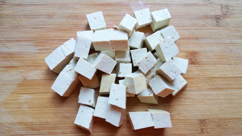 白菜炖豆腐,<a style='color:red;display:inline-block;' href='/shicai/ 4986'>老豆腐</a>冲洗一下切成小块。