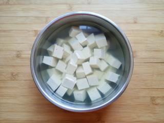 白菜炖豆腐,用淡盐水浸泡10分钟左右。