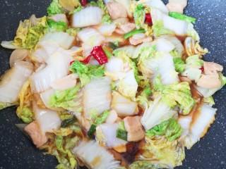 白菜炖豆腐,加入生抽翻炒均匀。