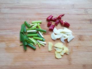 白菜炖豆腐,葱姜蒜和干红辣椒分别切好。