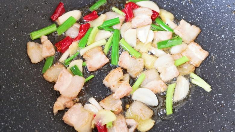 白菜炖豆腐,下入葱姜蒜和干红辣椒炒香。