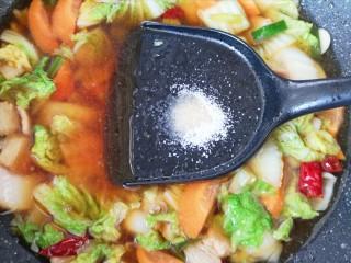 白菜炖豆腐,加入开水,放盐调味。