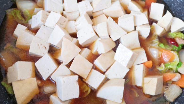 白菜炖豆腐,烧开以后下入老豆腐,再次烧开转中小火炖10分钟。