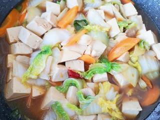 白菜炖豆腐,翻炒均匀即可。