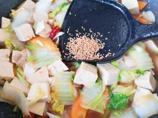 白菜炖豆腐,放原味鲜提鲜味。