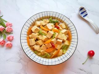 白菜炖豆腐,汤汁鲜美,白菜豆腐醇香。