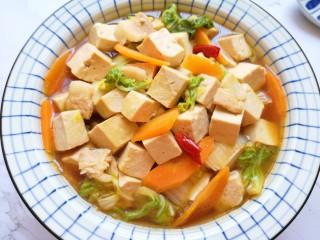 白菜炖豆腐,当菜当主食吃都可以。