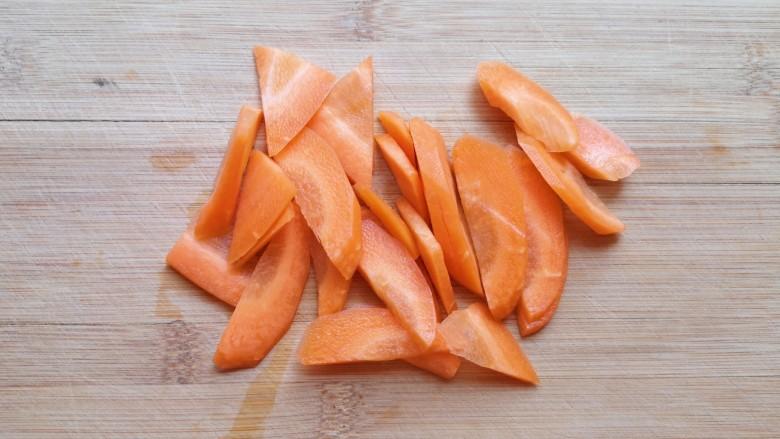 白菜炖豆腐,<a style='color:red;display:inline-block;' href='/shicai/ 25'>胡萝卜</a>切成片。