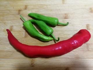 减脂系#素炒白玉菇青椒#,准备红青椒、绿青椒,红青椒是不辣的,绿青椒微微有一点辣。