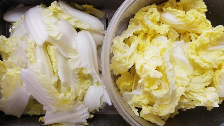 白菜炖豆腐,撕成小块,帮和叶分开。