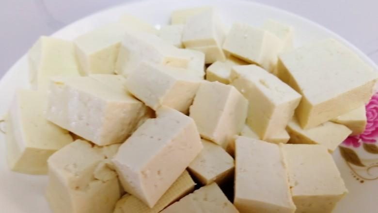 白菜炖豆腐,豆腐切块。