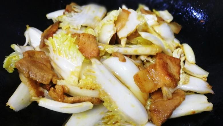 白菜炖豆腐,文火炒匀,炒2分钟。