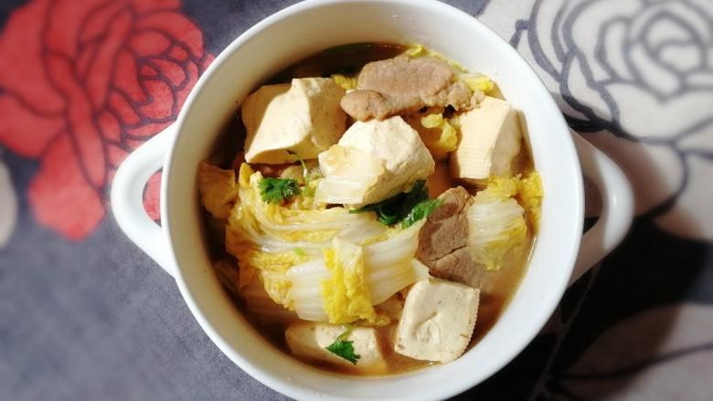 白菜炖豆腐,豆腐软嫩,肉片香而不腻,白菜软烂,汤汁鲜美,泡饭就用他。