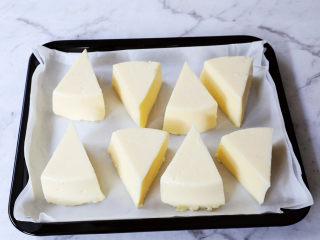 烤牛奶,烤盘铺上油纸,再放入烤盘中