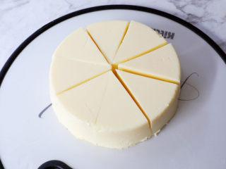 烤牛奶,将凝固的奶糊脱模切成小块