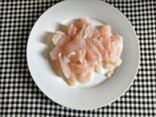 番茄巴沙鱼,巴沙鱼切片,稍微切厚点,太薄下锅煮鱼肉会散掉的