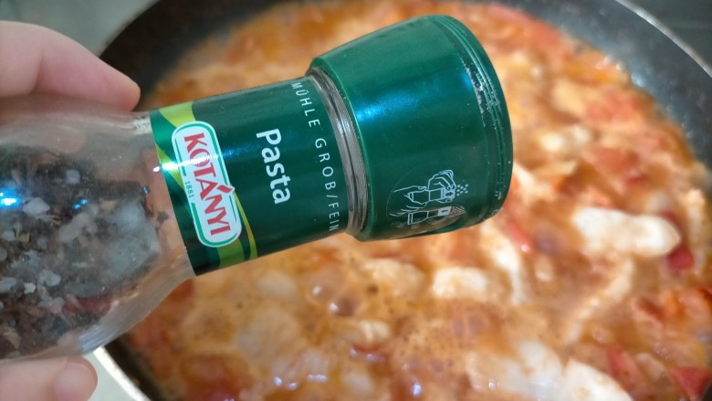 番茄巴沙鱼,这是做意面酱的调料,我加了少许,没有可以不加