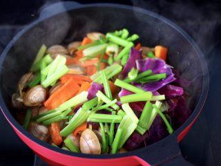 海鲜杂蔬麻辣香锅,加入剩下的芹菜和彩椒,紫甘蓝。