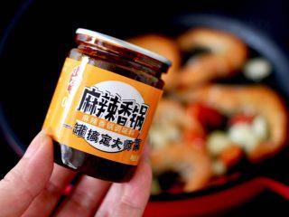 海鲜杂蔬麻辣香锅,倒入小石窖麻辣香锅调料,小火慢慢炒至调料出香味。