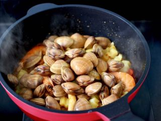 海鲜杂蔬麻辣香锅,这个时候加入洗净的飞蛤。