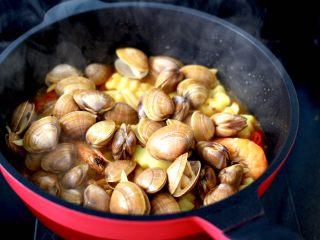 海鲜杂蔬麻辣香锅,看见飞蛤微微张口的时候。